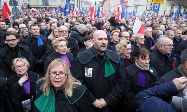 Судьи 20 стран протестуют в Польше против судебной реформы проводимой теми же экспертами, что и в Украине
